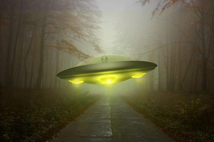 Imagem de uma nave especial toda iluminada e quem está dentro dela é um extraterrestre.