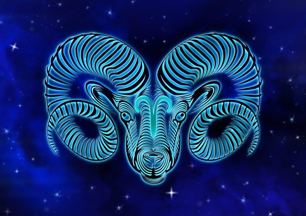 Imagem de fundo azul trazendo o símbolo do signo de áries, sendo representado por um carneiro.
