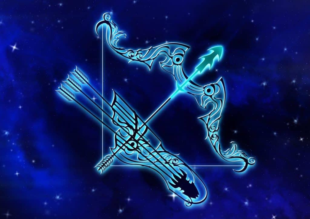 Imagem de fundo azul trazendo o símbolo do signo de sagitário, sendo representado por um animal mitológico centauro, que tem a metade inferior de seu corpo com membros de cavalo e a metade superior do corpo com membros humanos.