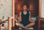 Mulher meditando na varanda