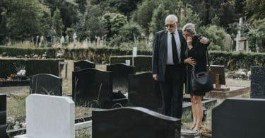 Marido tentando consolar a esposa devido à perda dela.