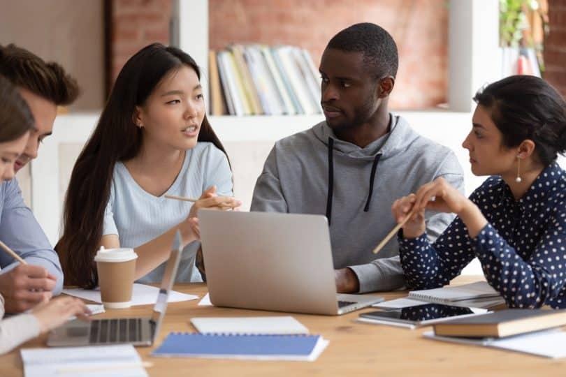 Grupo de amigos discute em estudo.