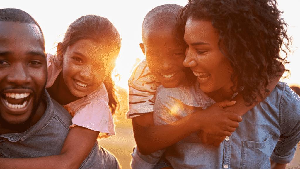 Família sorrindo aproveitando seu tempo juntos