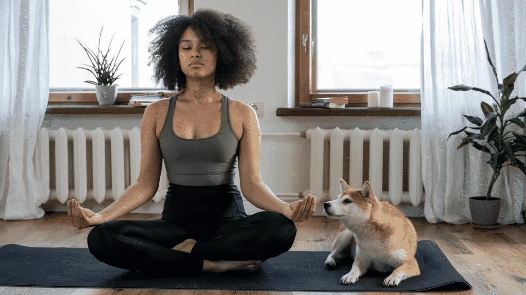 Mulher meditando trazendo energias positivas para a casa