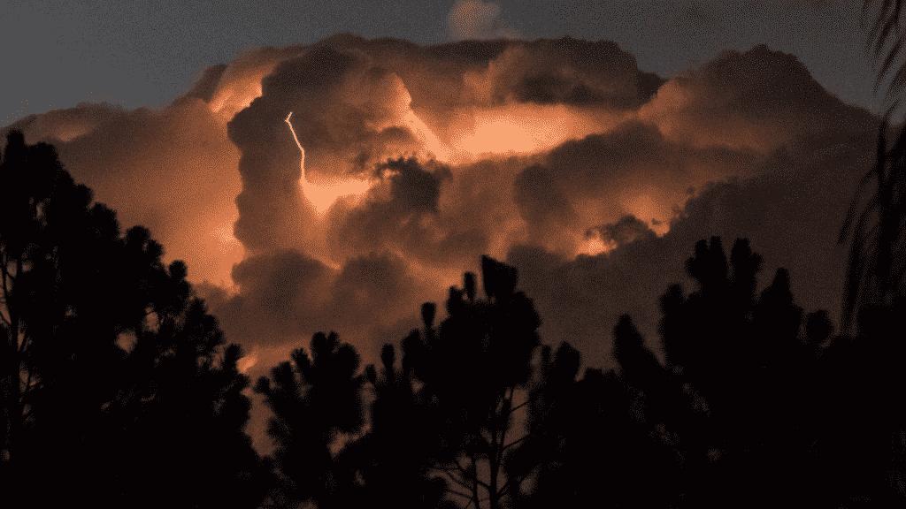Foto de tempestade representando o fim do mundo