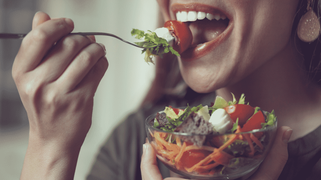 Garota comendo salada