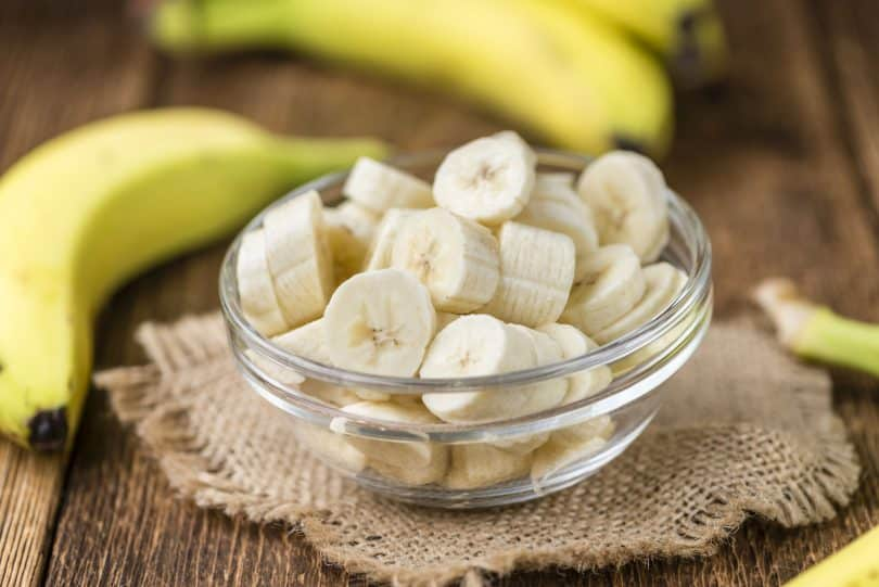 Banana cortada em um potinho