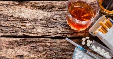 Substâncias químicas sobre superfície de madeira.
