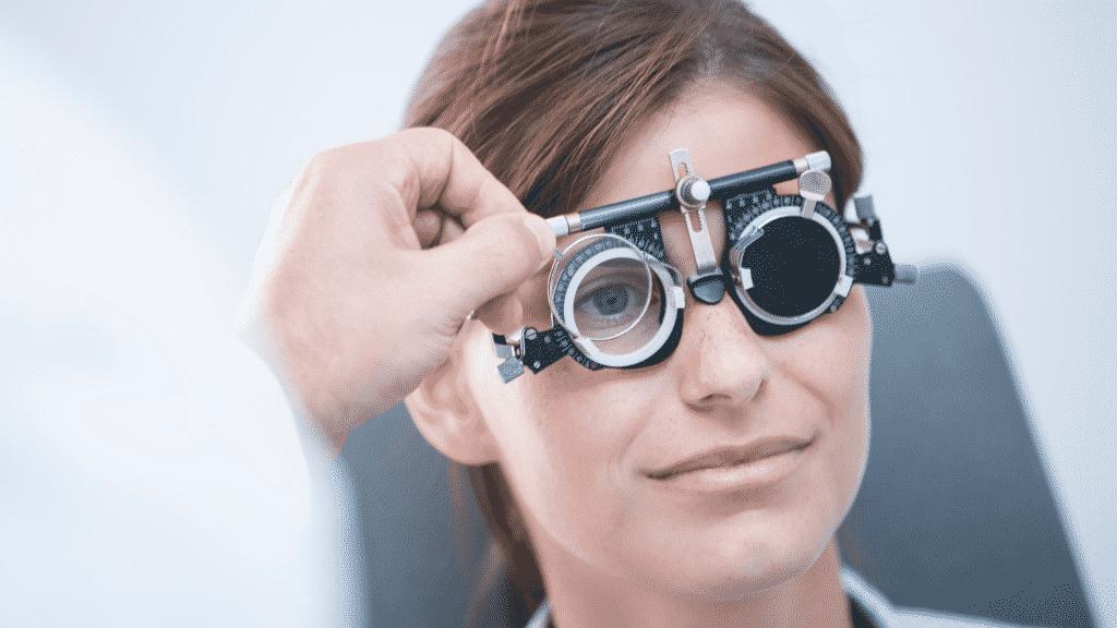 Foto de mulher realizando exame nos olhos