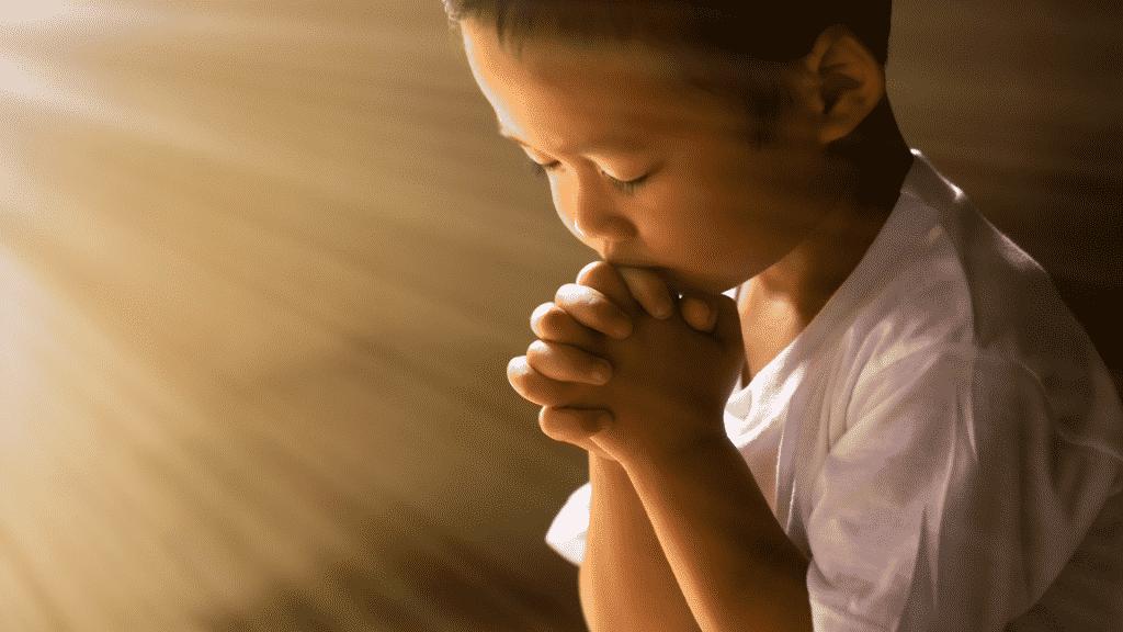 Foto de uma criança orando