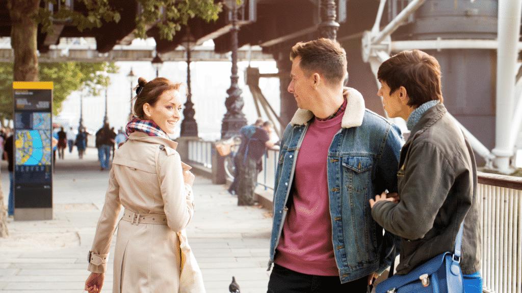 Casal olhando para uma mulher na rua