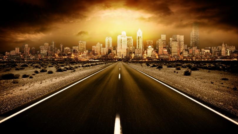 Foto de estrada vazia e cidade ao fundo