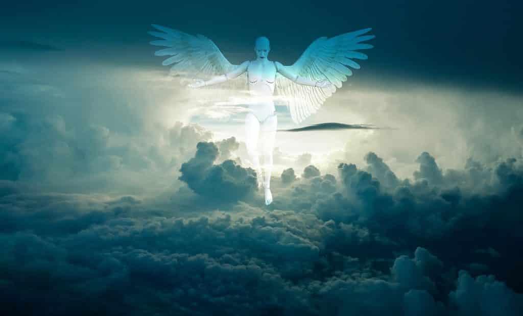 Imagem de fundo do céu, encoberto com muitas nuvens e em destaque um anjo branco com suas asas grandes e abertas. Ele está em pouso sobre as nuvens olhando para a terra.