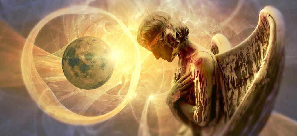 Imagem de fundo com muita luz e um lindo sol radiando muita energia Ao lado, um anjo em destaque, com suas grandes asas, representando a espiritualidade.