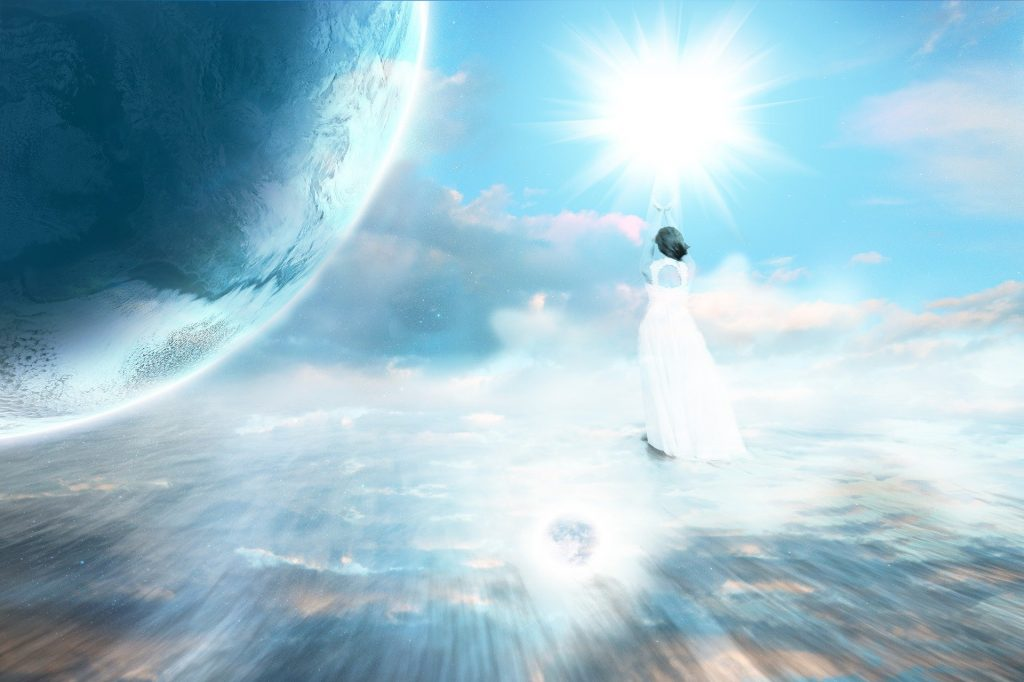Imagem em tom azul, representando o universo, o céu. E em destaque uma mulher, usando um vestido longo na cor branca. A imagem representa a ascensão celestial.
