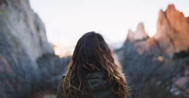 Mulher olhando para montanhas a sua frente