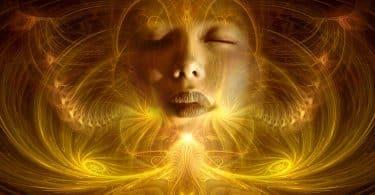 Imagem de muitas luzes na cor amarela e ao fundo o rosto de uma mulher, é uma imagem mágica, trazendo uma fantasia lúdica para representar as dimensões do mundo espiritual.