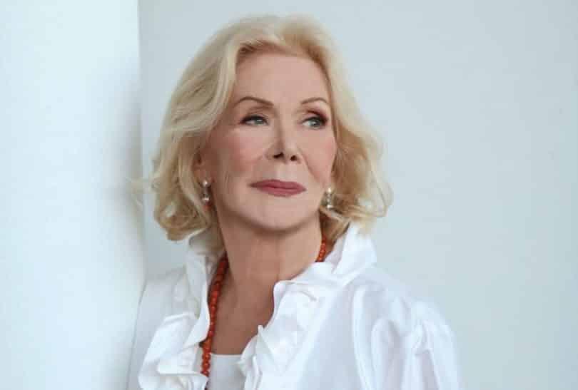 Mulher branca idosa de cabelos curtos e loiros.