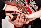Imagem de várias mãos, de várias etnias e idades, mostrando a empatia e a generosidade em ajudar o próximo.