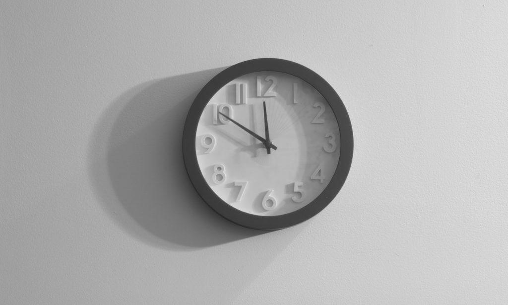 Relógio de parede branco.