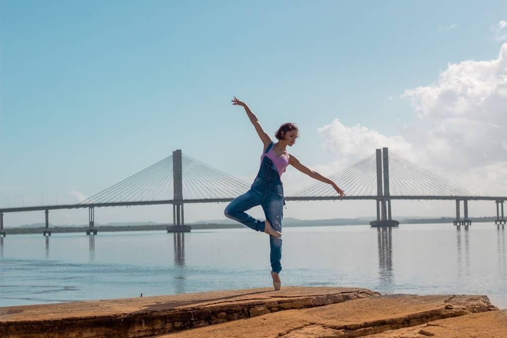 Mulher pratica exercícios ao ar livre.
