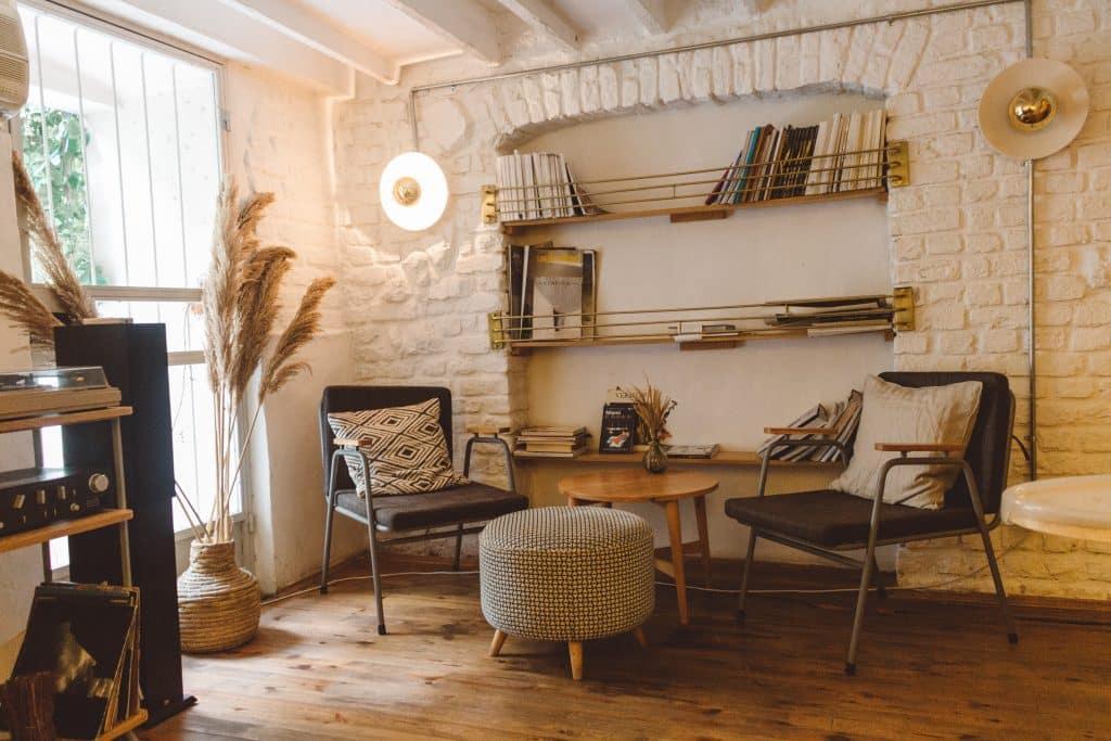 Sala com cadeiras, plantas e livros