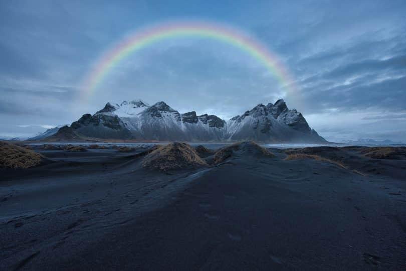 Arco-íris atravessando montanhas