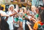 Cenas de carnaval de samba com grupo de percussão.