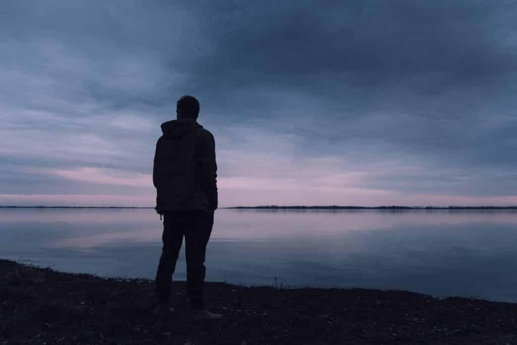 Homem olhando para o horizonte