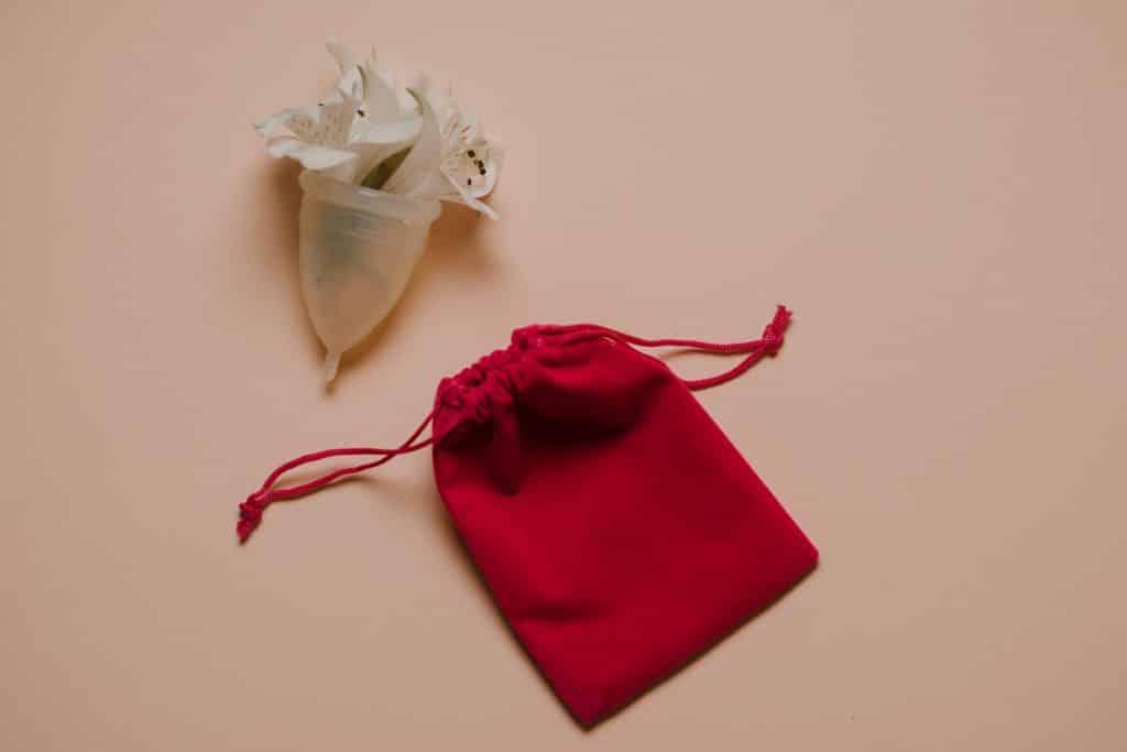 Coletor menstrual com flores