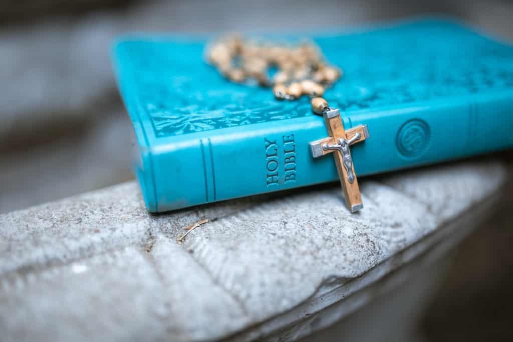 Terço posto sobre bíblia sagrada.