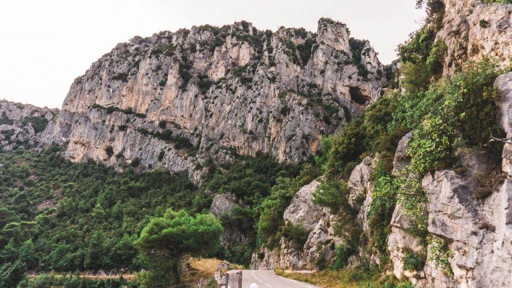 Estrada em direção a montanhas