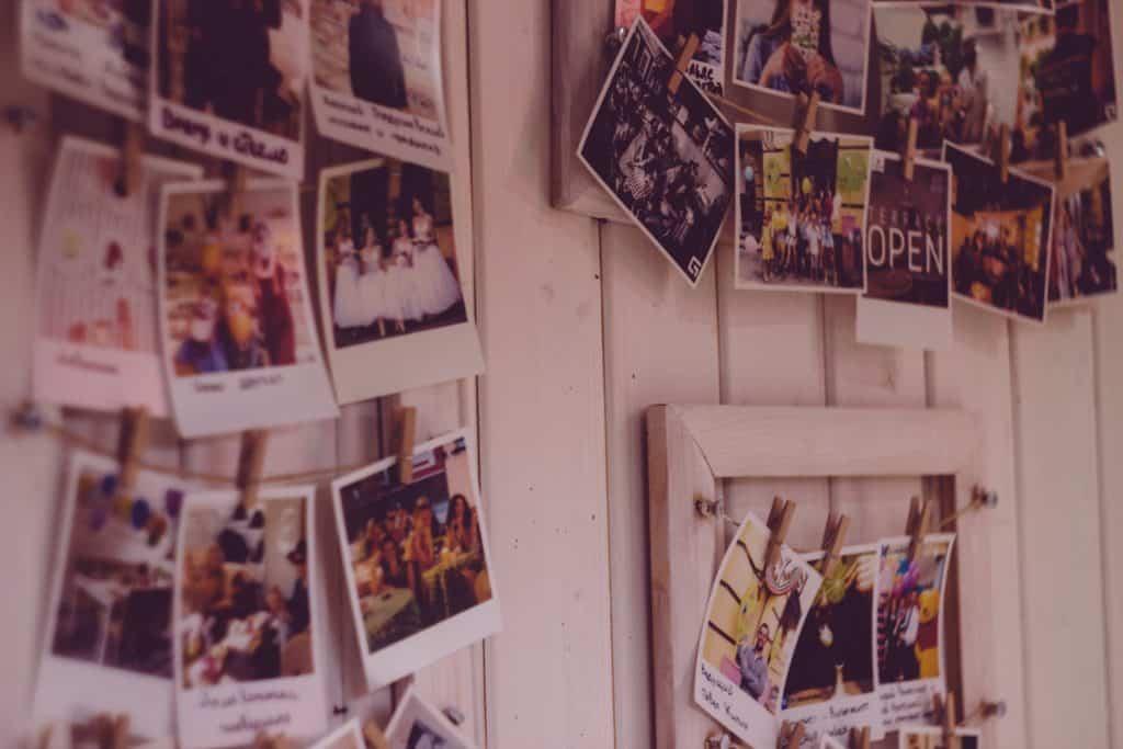 Fotos polaroide em uma parede