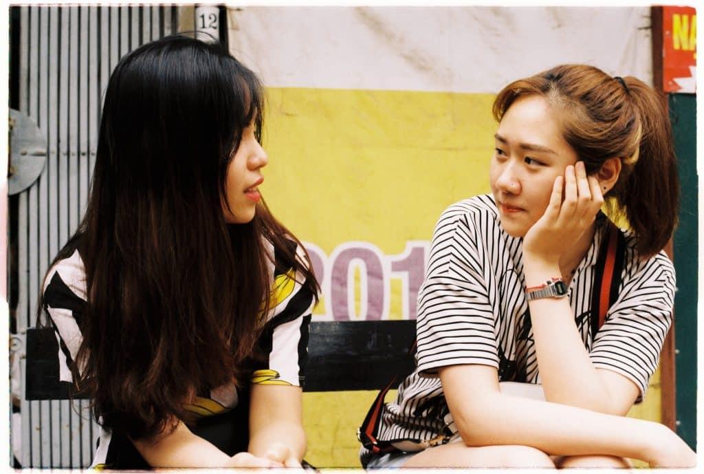Mulheres brancas asiáticas conversando.