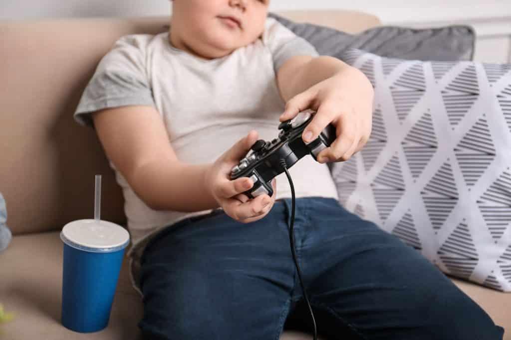 Criança jogando video-game.