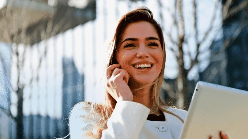 Mulher sorrindo conversando no telefone