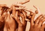 Mãos de mulheres entrelaçadas