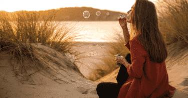 Mulher assoprando bolhas de sabão