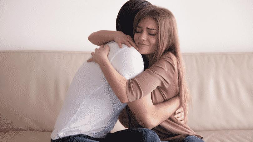 Mulher e homem se abraçando depois de briga