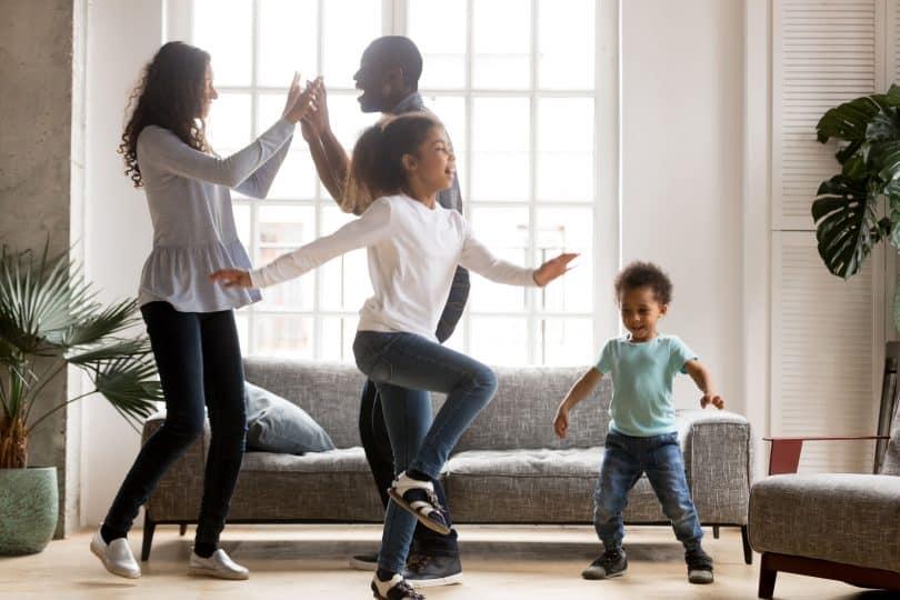 Família unida se relaciona em sala de estar.