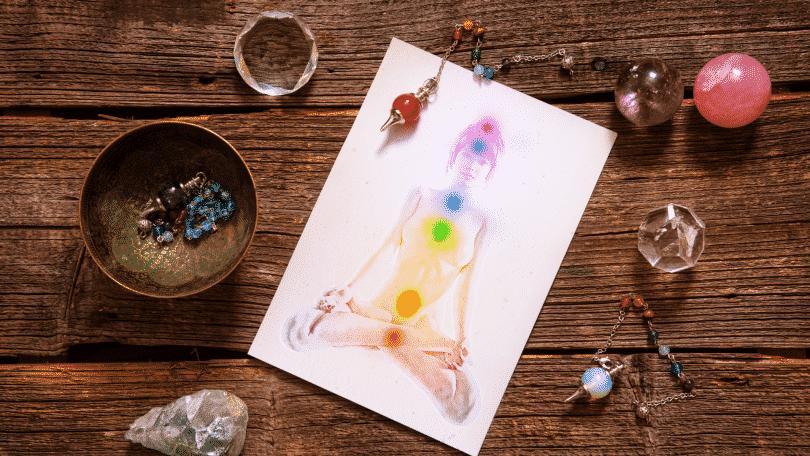 Pintura dos chakras no desenho de uma corpo humano