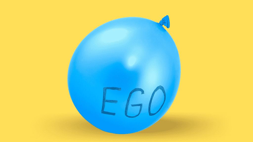 """Balão azul cheio escrito """"ego"""" representando o """"ego inflado"""" sobre fundo amarelo"""
