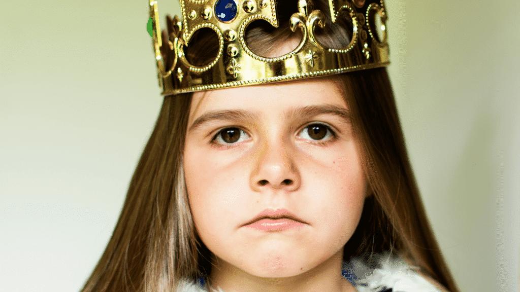 Garota brava usando uma coroa de rainha