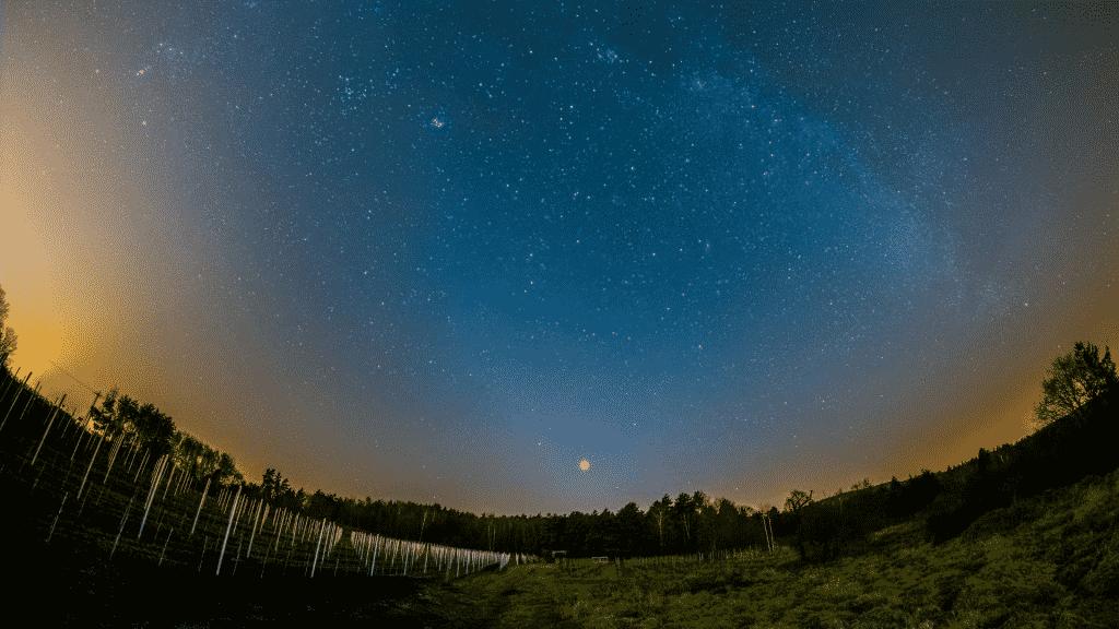 Foto do céu estrelado e de Vênus