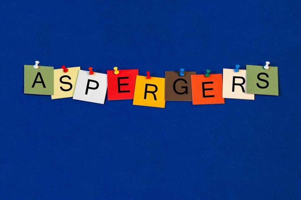 """Palavra """"aspergers"""" escrita em papeis coloridos."""