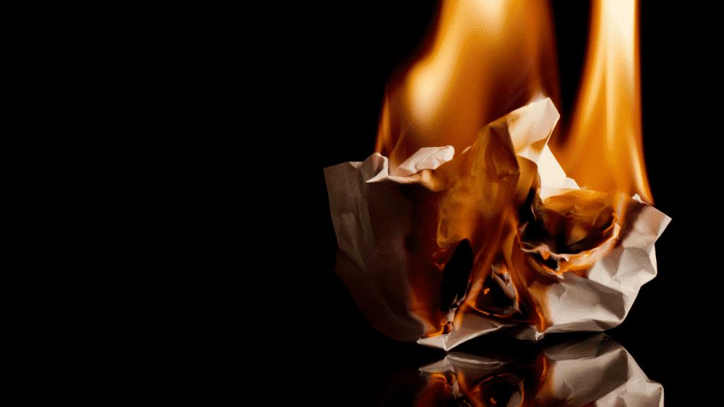 Papel amassado queimando