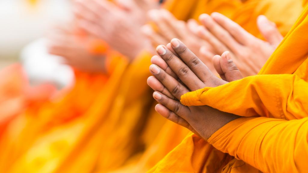 Mãos de monges meditando