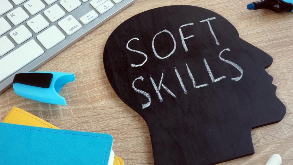"""Foto de uma lousa com formato de uma cabeça escrito """"soft skills"""" em giz sobre uma mesa de escritório"""