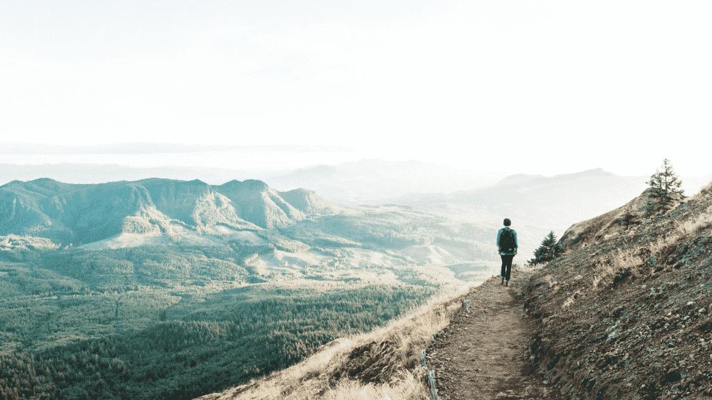 Homem caminhando sobre montanha