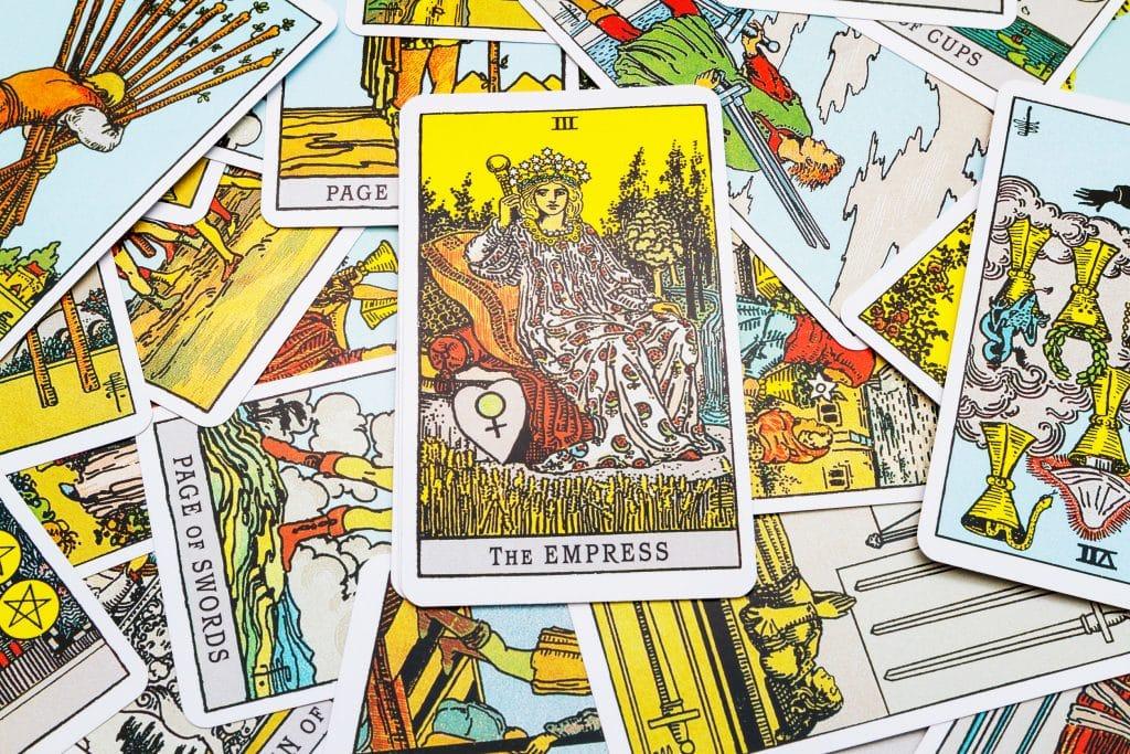 """Carta """"A Imperatriz"""" destacada dentre outras cartas de tarot."""